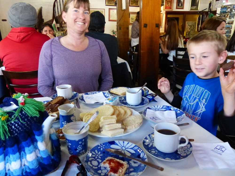 Trelew and Germain are home to many tea houses that offer high tea in the afternoons. Never having enjoyed that custom in England, we decided to take part in Argentina. Why not?